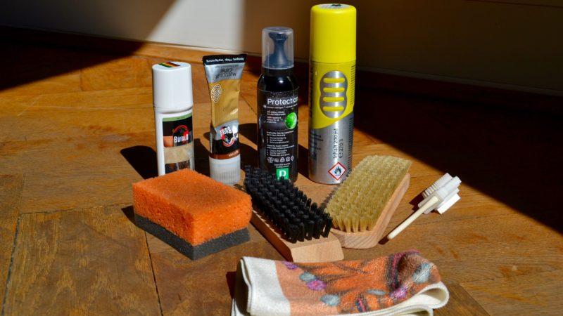 Sollte in jedem Cleaning Kit drin sein: Pflegemittel für Glatt- und Rauleder, Reinigungsschaum (für alle Materialien), Imprägnierspray, Schwamm, weiche Bürste, grobe Bürste, Nubuk-Bürste, Microfasertuch.